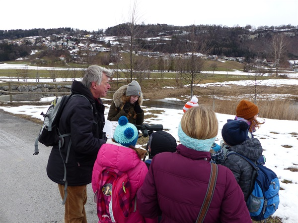 Kinder und Jugendtierschutzgruppe beobachtete Wasservögel mit Ornithologen Georg Willi beim Egelsee